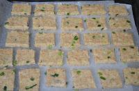 печенье с отрубями и луком: квадратики из теста положить на противень
