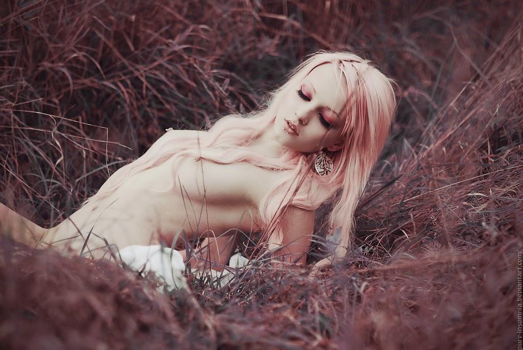 jeune femme nue dans l'herbe