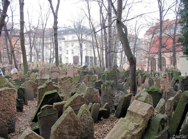 Кладбище рядом с синагогой, Прага, Чехия. Фото взято с Википедии.