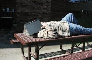 smešna slika: spavanje sa laptop računarom na licu