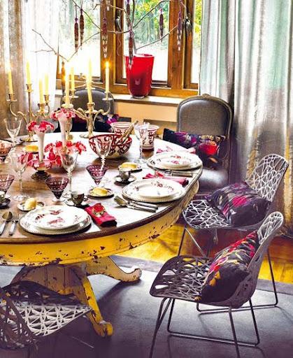 Украса за маса в повече цветове с пъстри възглавнички за столовете