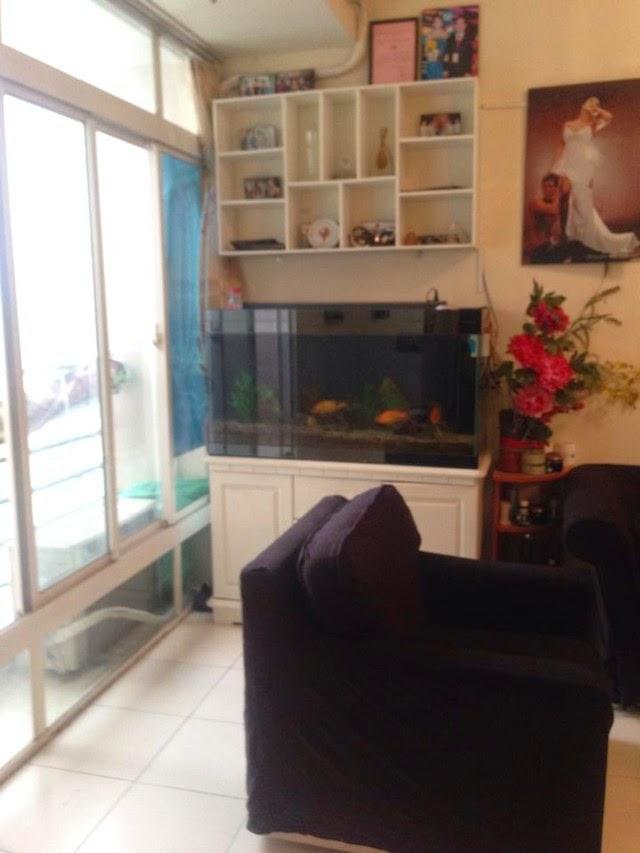 Bên cạnh là cửa sổ cùng chiếc tủ nhỏ đặt sát tường
