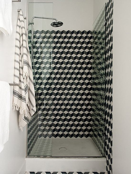 Black and white geometric pattern shower tiles. Photo via Maria LLadó.
