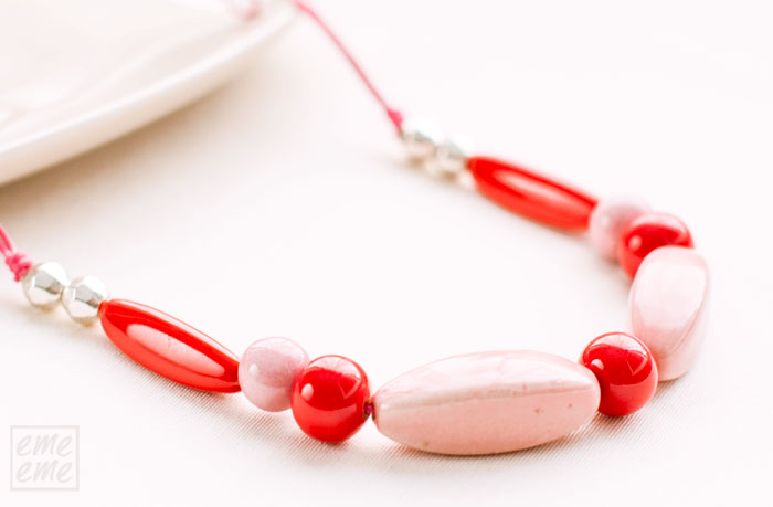 collar de ceramica rojo y rosa emeeme