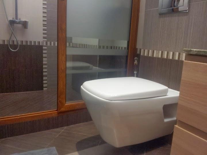 Баня с вградено казанче и конзолна тоалетна чиния