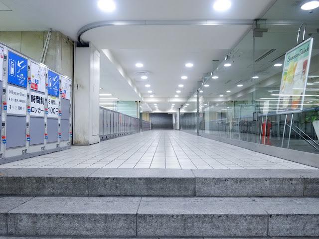 新宿駅西口改札前,歩道橋通路〈著作権フリー無料画像〉Free Stock Photos