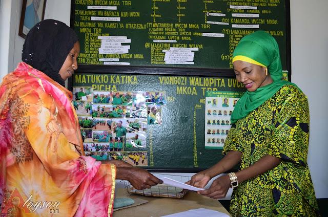 Binti huyo wa Michuzi akikabidhiwa form yake leo katika ofisi za UVCCM mkoa-Tabora