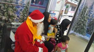 Penumpang menyambut senang kemeriahan hari natal di dalam kereta terutama para pelaji cilik