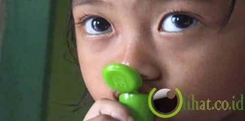 Anak kecil suka makan kertas, bedak dan minyak kayu putih