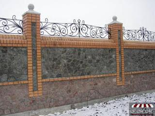 Каменный забор с кирпичными столбами и ковкой. Фото 13
