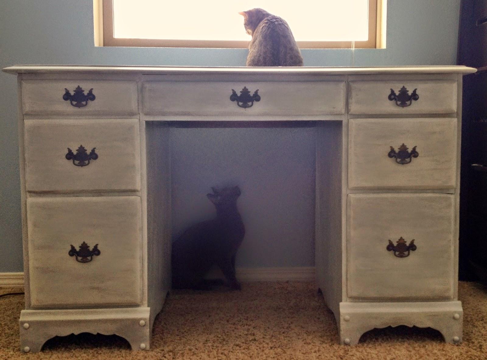 Так мы полностью реставрировали мебель в спальню и покрасили кровать в одной цветовой гамме.