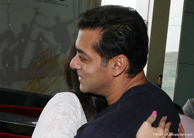 Kareena hugs Salman