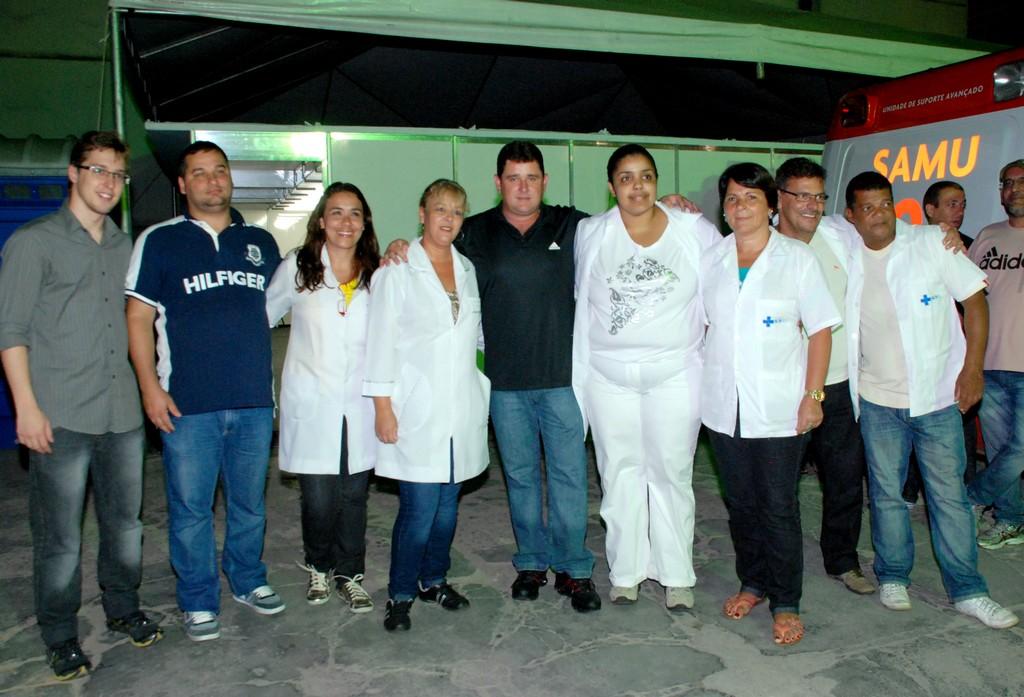 Prefeito Arlei e Secretário de Saúde Carlos Otávio Sant'Anna com a equipe da Saúde de plantão no último dia do Carnaval, na Várzea