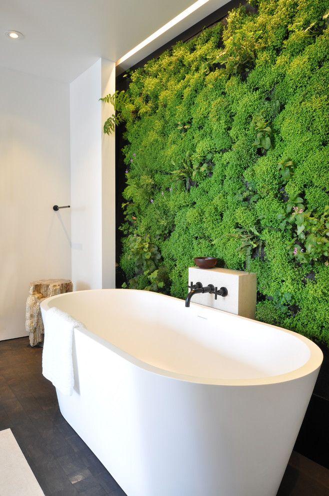 ici un mur de mousses agrment de quelques petites plantes a trouv sa place contre la baignoire bnficiant de lhumidit qui y rgne - Plantes Salle De Bain