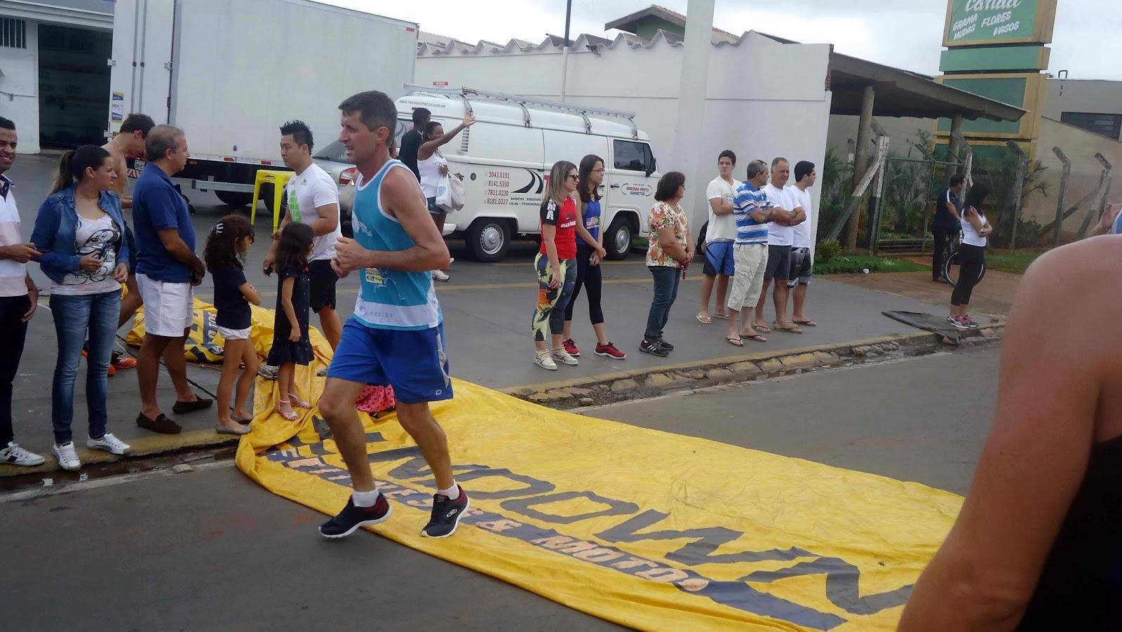 Foto 110 da 1ª Corrida Av. dos Coqueiros em Barretos-SP 14/04/2013 – Atletas cruzando a linha de chegada