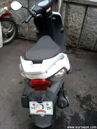 Moto con matrícula de Snoopy en Nueva York