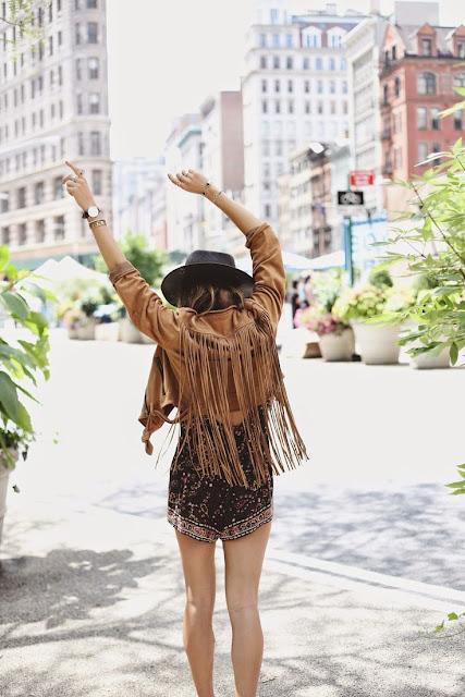 Nesta estação, as franjas vêm com toda a força. Uma tendência dos Anos 70 com inspiração na moda Hippie. As franjas são estilosas e extravagantes e são uma excelente aposta para a mulher moderna e ousada... Boho style, estilo boémio, moderno. Franjas, couro, camurça, denim. Outono Inverno 2015/2016. Dicas de moda e imagem. Style Statement. Blog de moda portugal.