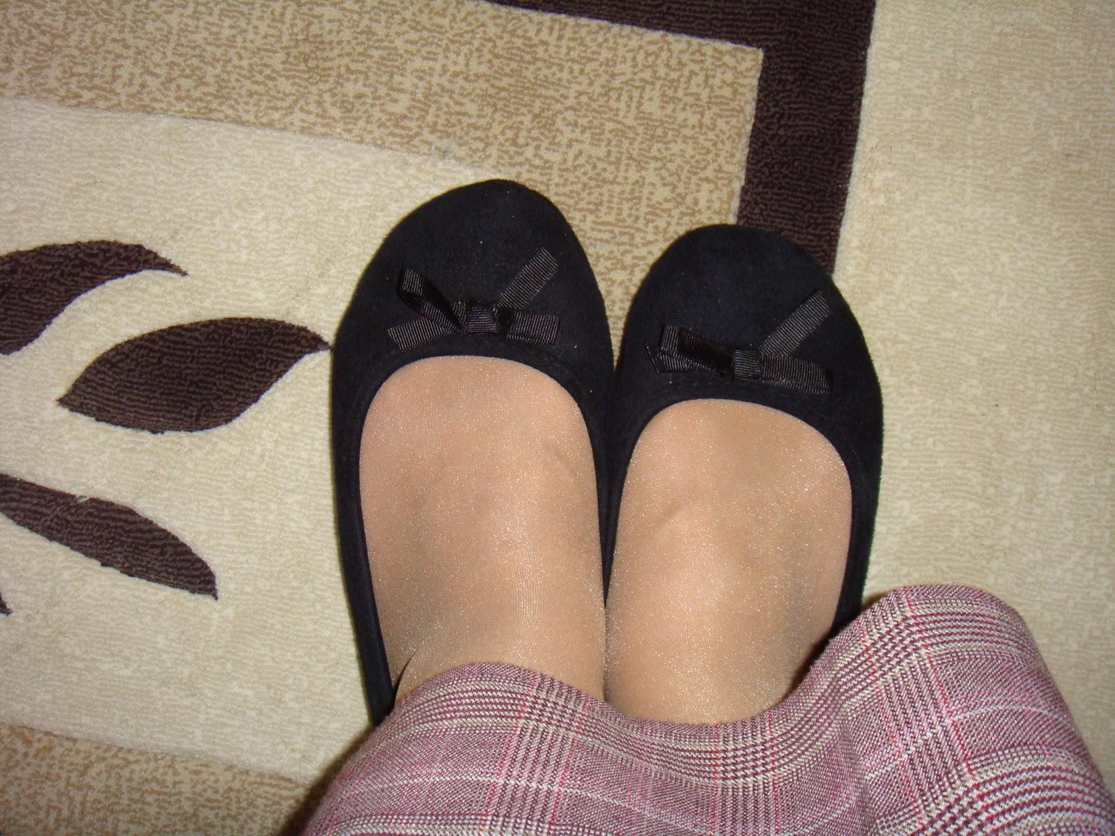 Ayça Varlıer  Mini Etek Frikik  Siyah Çorap ve Oturuş