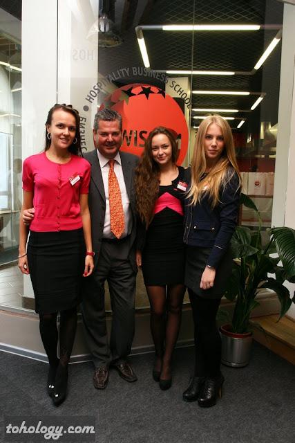 Роджер Вайценеггер со студентами swissam