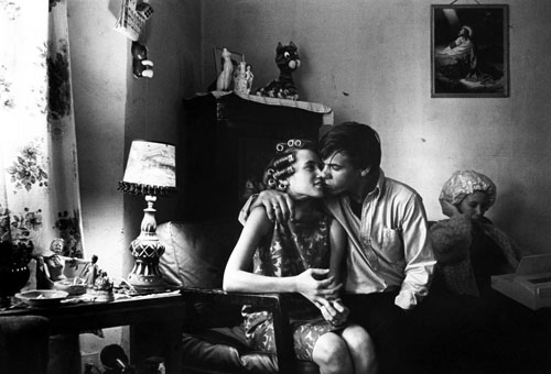 masters of photography : Danny Lyon : photo of pair kissing on sofa
