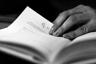 la imagen muestra una mano sujetando una página de un libro