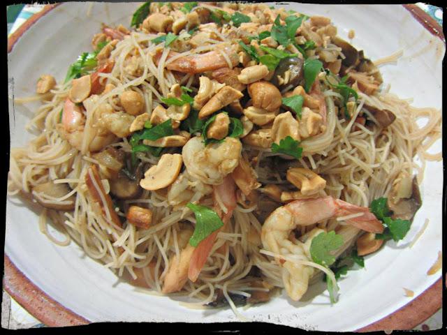 Pad Thai Fideos Tailandeses Con Pollo Y Gambas