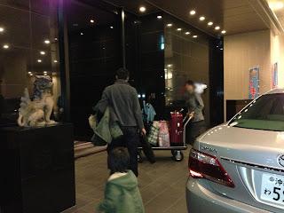 リーガロイヤルグラン沖縄の玄関。バレットパーキングなので駐車場まで行く必要なし。