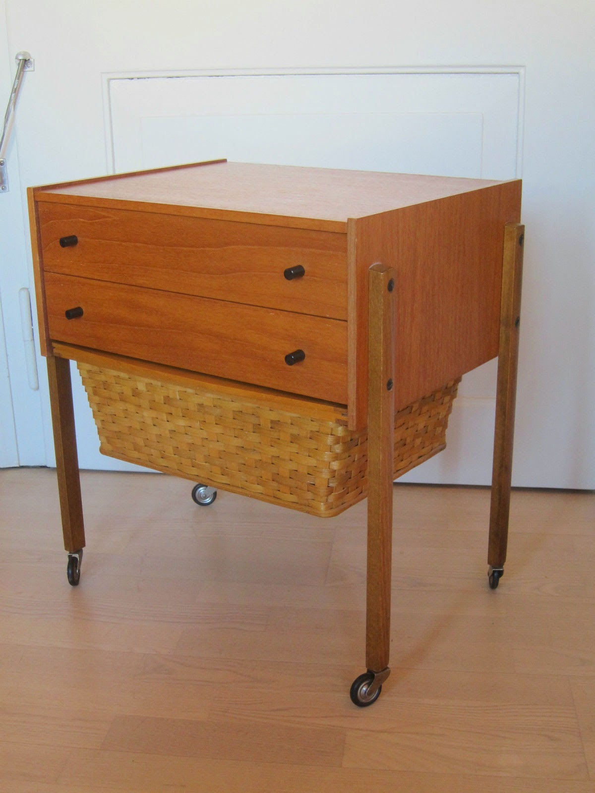 Area vintage dise o mueble auxiliar costurero de los for Muebles diseno vintage