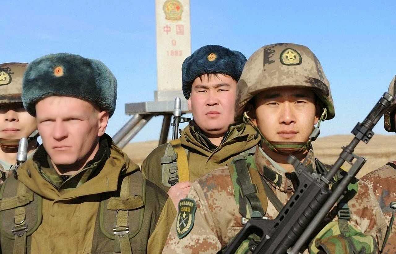 Soldados russos junto com chineses num ponto de fronteira