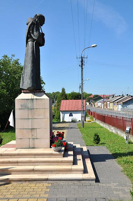 """Gielniów, pomnik bł Ładysława, w głębi kaplica, po prawej charakterystyczna zabudowa """"starego"""" Gielniowa. Fot KW."""