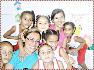Pró lete e Pró Rita recebendo o carinho das crianças!!!