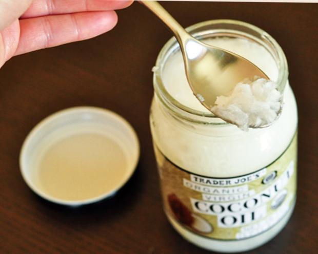 Mẹo tẩy sạch mảng bám, vết ố vàng răng bằng dầu dừa