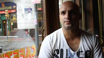 JOSE MARÍA BRINDISI. En Placebo, su última novela, lleva por una cornisa a Becerra, el protagonista
