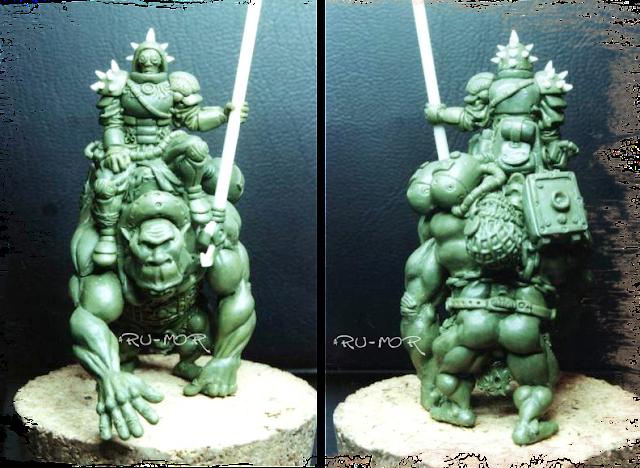 Miniatura realizada por ªRU-MOR en masilla verde, consiste en una especie de ogro-montura y su jinete caza-recompensas. Warhammer 40000