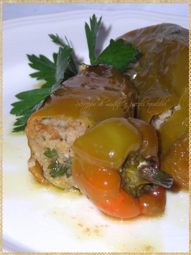 Peperoni verdi dolci ripieni di aringa