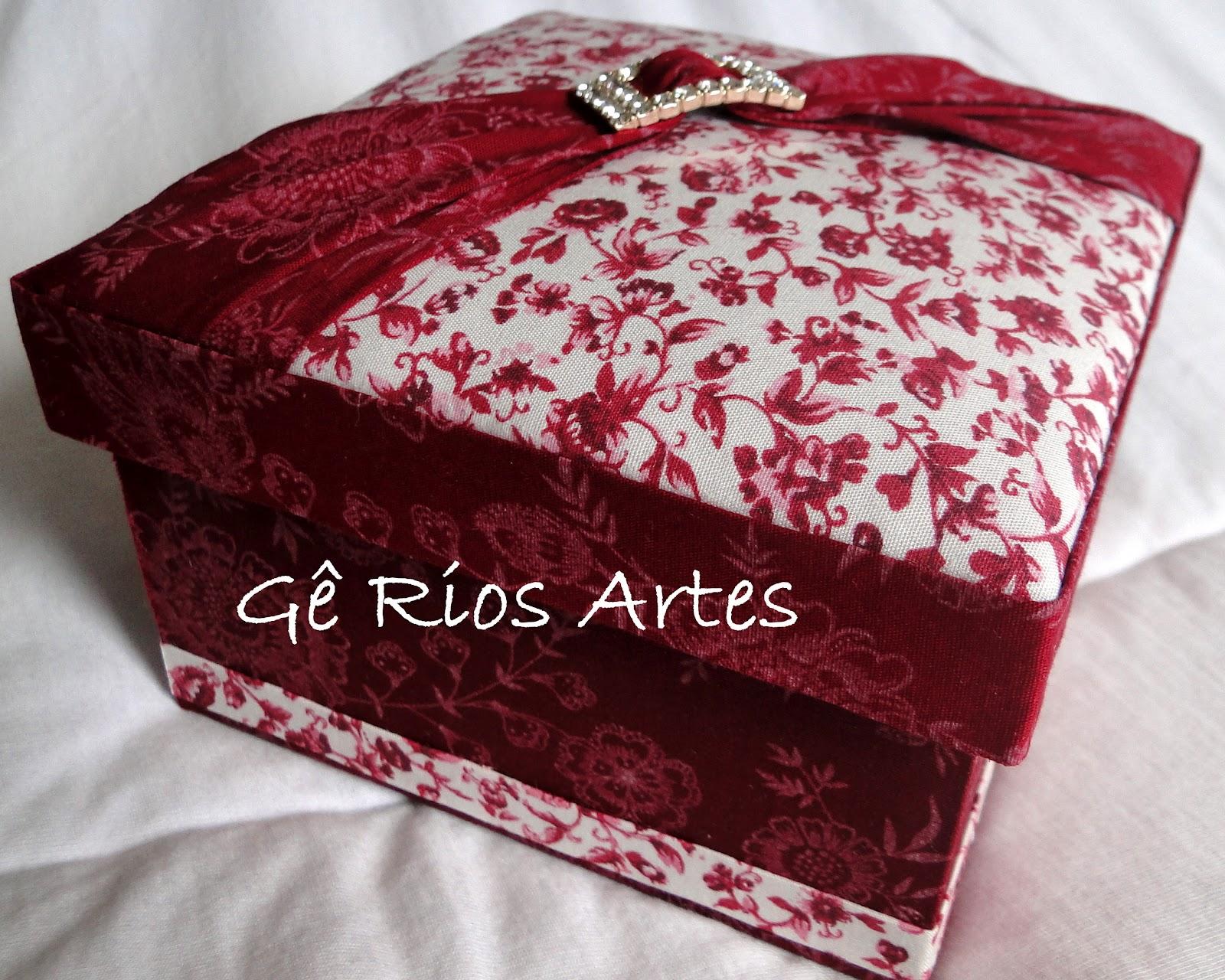 Artes Artesanato em tecido madeira e cartonagem: Caixa Porta Jóia #37090D 1600x1280