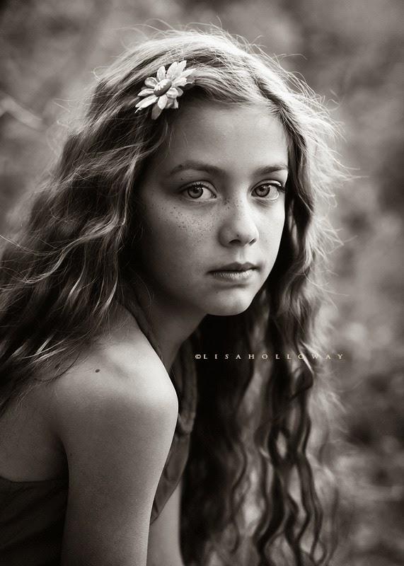 photo de Lisa Holloway représentant le portrait en noir et blanc d'une jeune fille aux cheveux longs