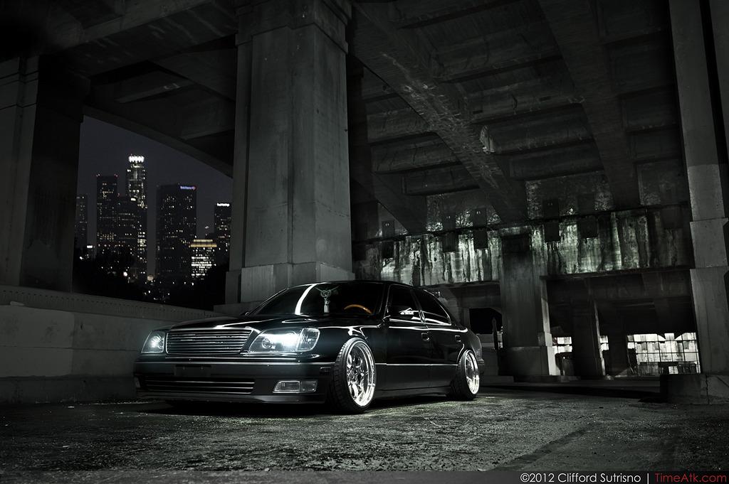 Lexus LS, luksusowy sedan, japoński, elegancki, komfortowy, nocna fotografia