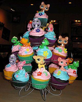Cupcakes con grageas de colores y en la parte superior figuras de los ...