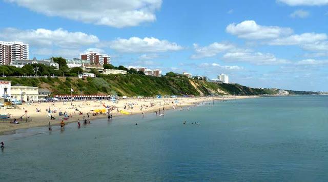 Bournemouthin hiekkaranta Englannissa