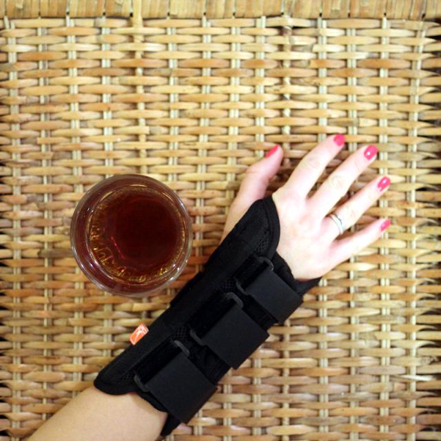 Prawa ręka w usztywnieniu nadgarstka