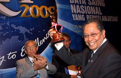 Mentri Negara BUMN Bpk. Mustafa Abubakar menyerahkan Plati- num Award kepada Direktur Utama PT Krakatau Steel sebagai The Higher Score Achievement  dalam acara Penganugerahan IQA 2009.