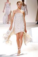 къса бяла рокля с шлейф