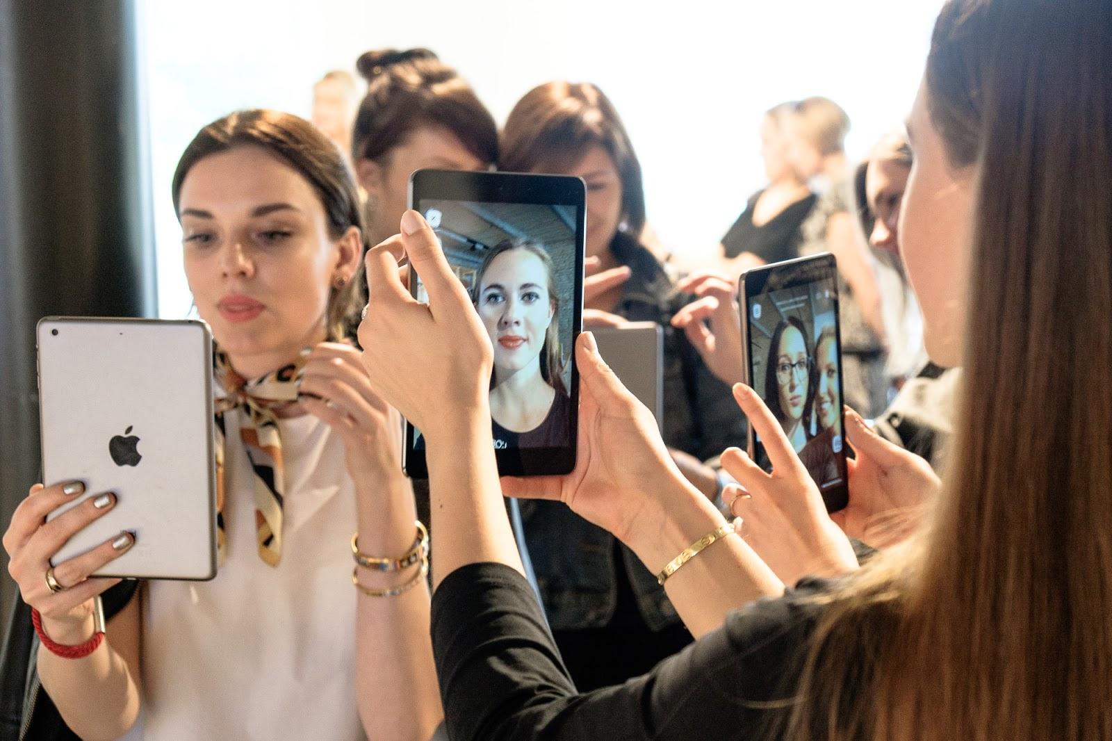 Makeup Genius programėlė - testuoja renginio dalyvės.