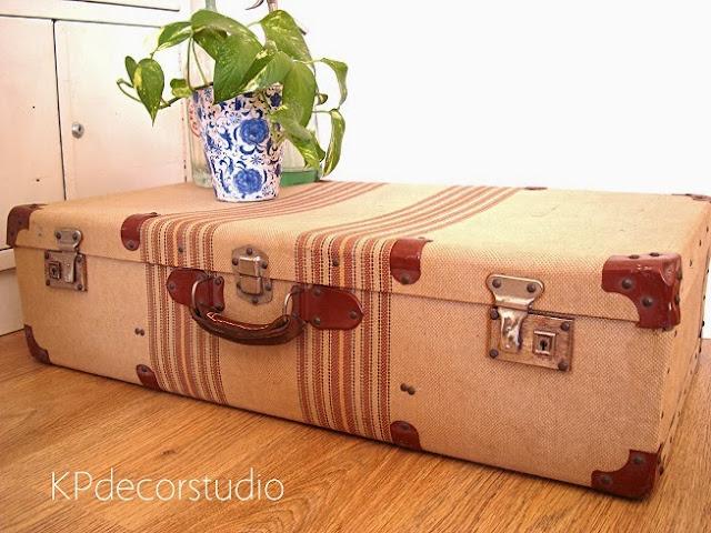 Seating de invitados utilizando maletas antiguas. Maletas vintage de los años 30