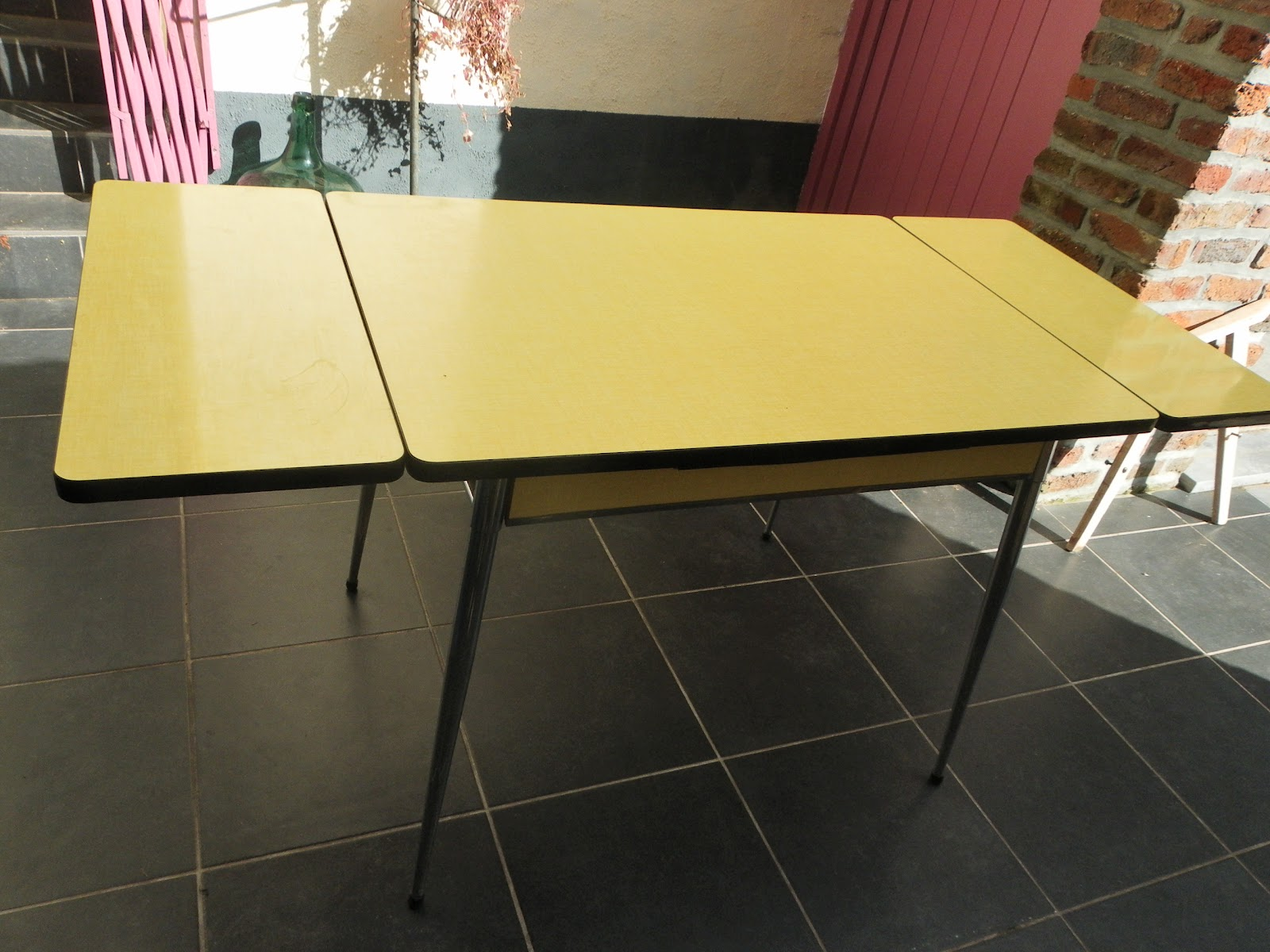 lucie la chineuse table en formica jaune. Black Bedroom Furniture Sets. Home Design Ideas