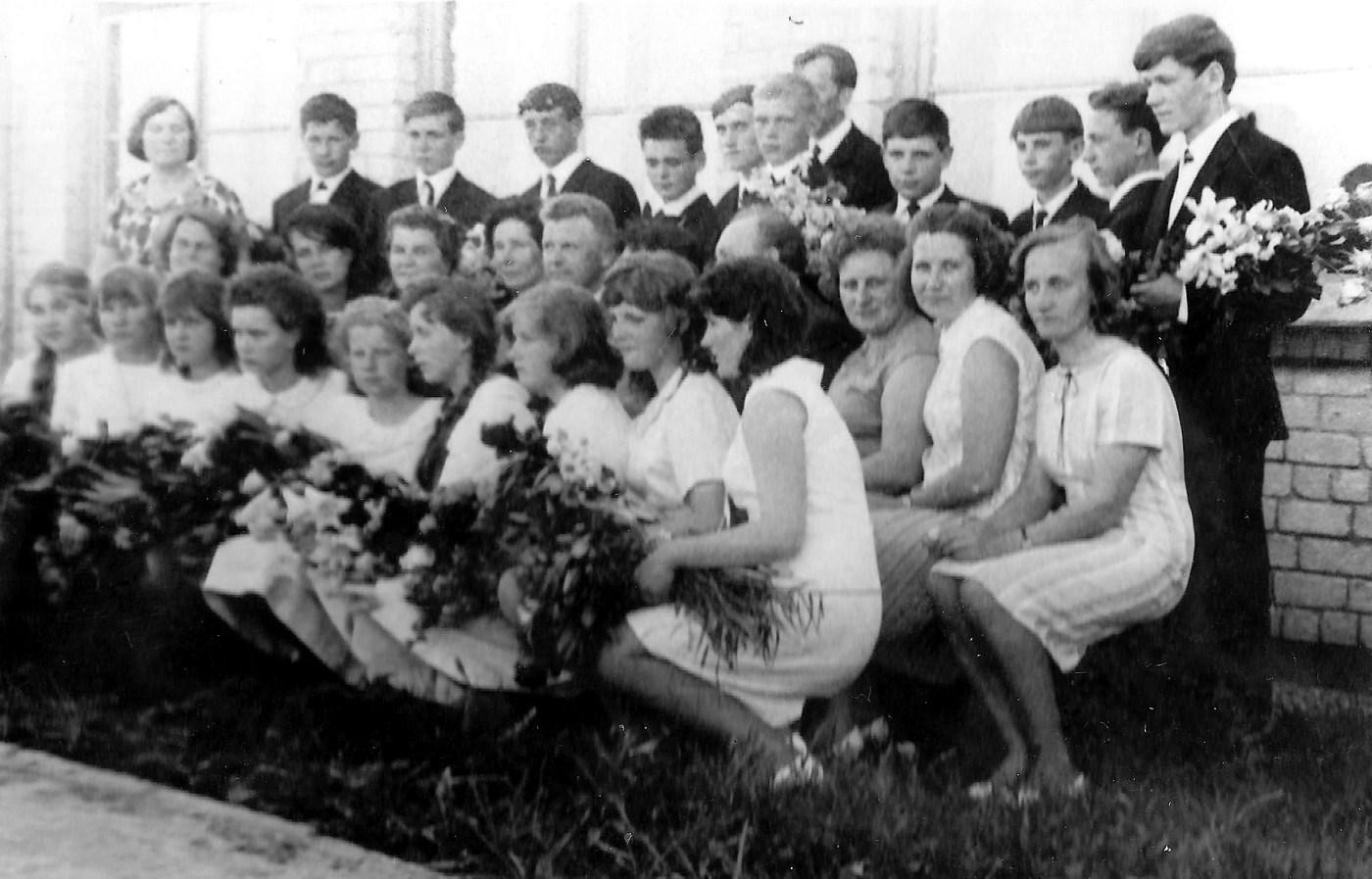 Valles 8-gadīgās skolas izlaidums ar skolotājiem 1960-tie gadi