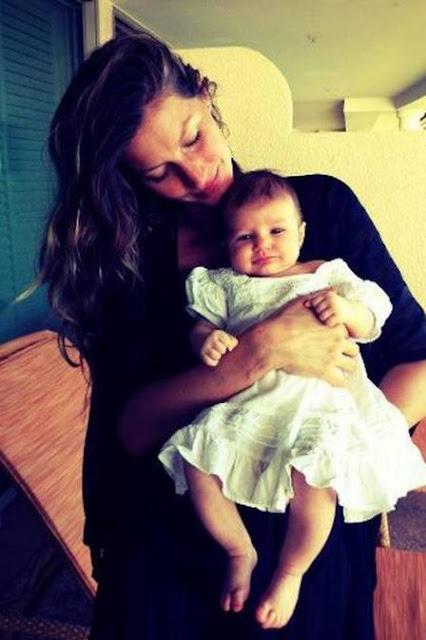 Gisele Bündchen apresenta a filha Vivian, de 2 meses