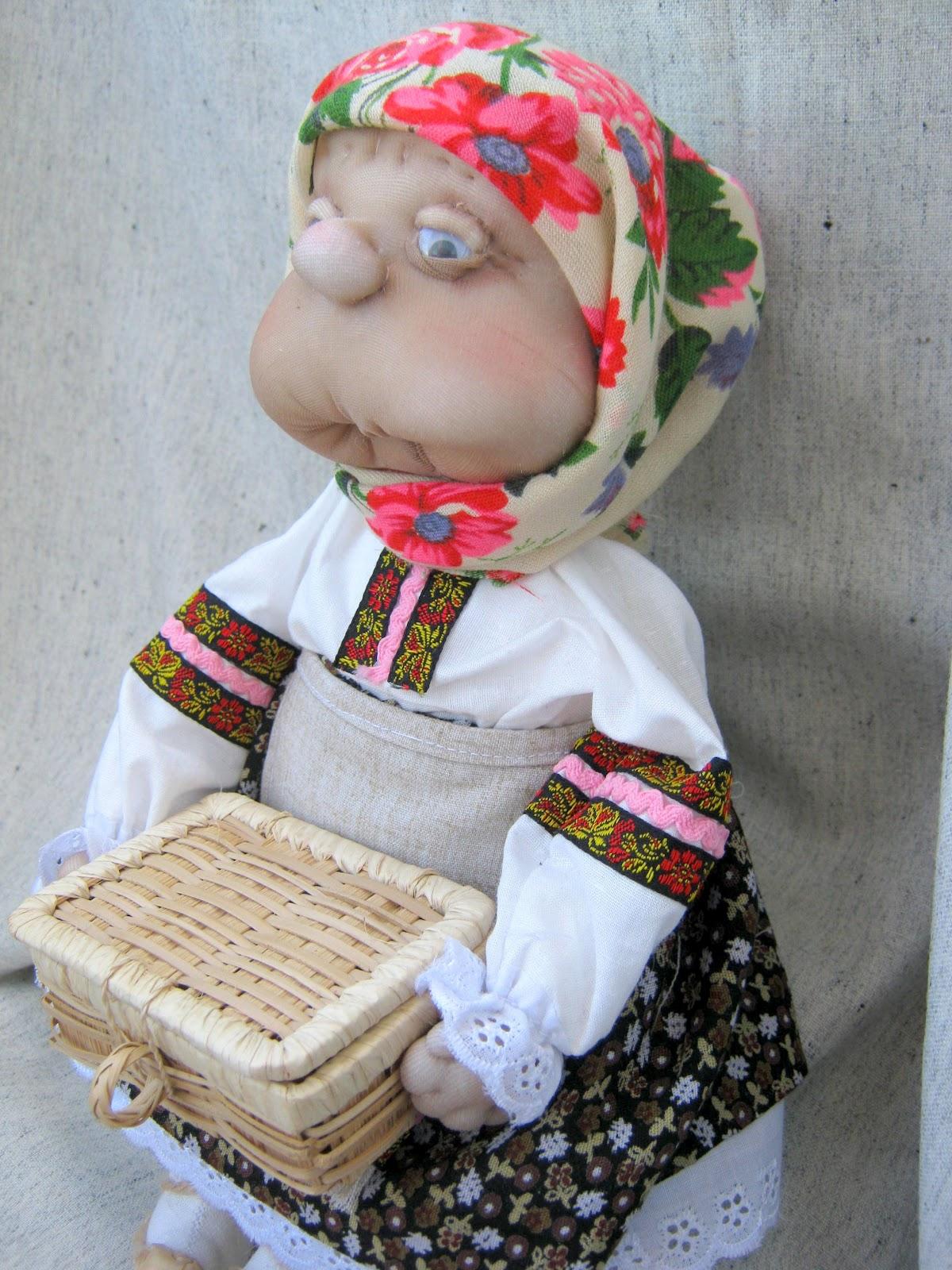 Старушка с игрушкой 3 фотография