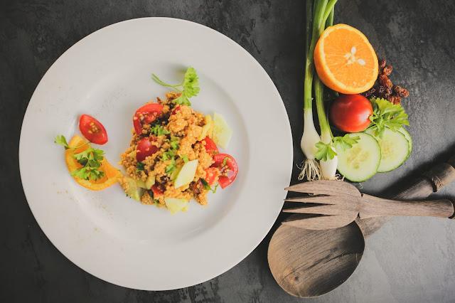 Quinoa Salat mit Orangensaft und Kreuzkümmel und Zutaten